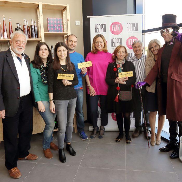 """Los ganadores de los """"billetes dorados"""" de Ascaso conocen el nuevo obrador de la pastelería guiados por Willy Wonka"""
